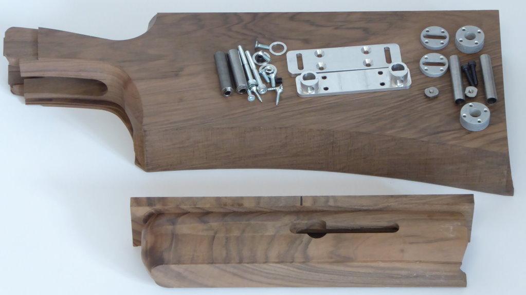 TSK-Schaft, hier in der Grundkonfiguration Trap, mit verschiedenen Griffstücken, zur Anprobe bereit. (Balancing-System und zusätzliche Schaftkappen gegen Aufpreis.)